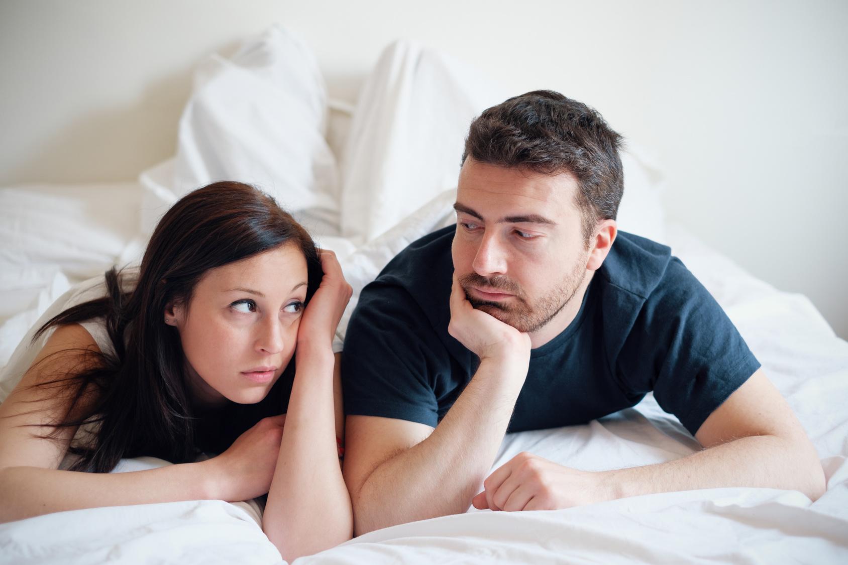 Problemy w relacjach, Zmartwiona i znudzona para kochanków po kłótni leżąca na łóżku
