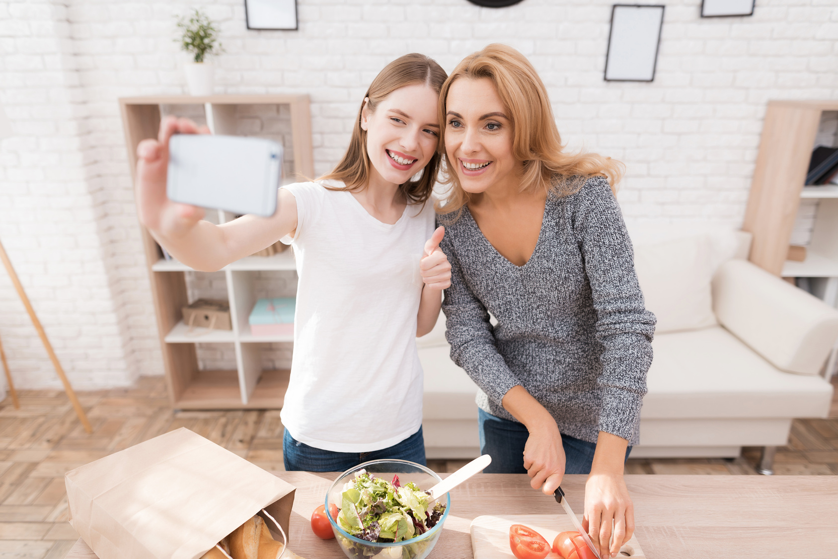 Mama i córka gotują razem w kuchni. Są szczęśliwe, że są razem.